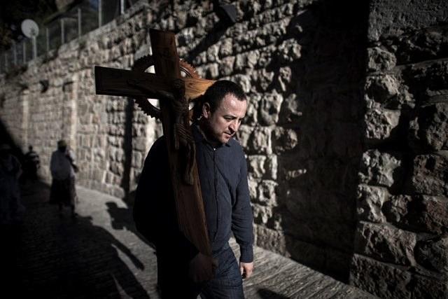 Izraelska policja zatrzymała palestyńskich chrześcijan w drodze do Bazyliki Grobu Pańskiego /Oliver Weiken /PAP/EPA