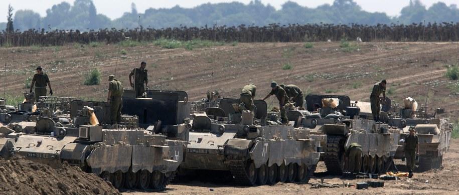 Izraelskie wozy bojowe przy granicy Strefy Gazy //JIM HOLLANDER /PAP/EPA
