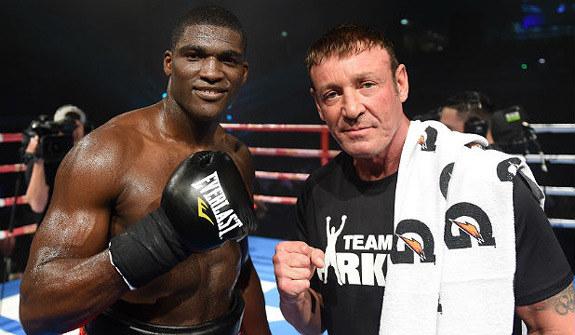 Izu Ugonoh (z lewej) i trener Kevin Barry /AFP