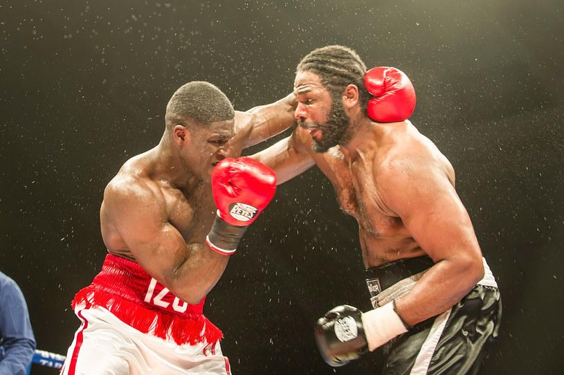 Izu Ugonoh (z lewej) w walce z Juliusem Longiem /Mike Heydon /Getty Images