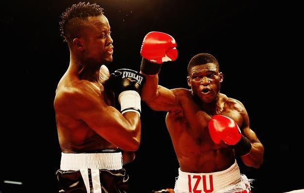 Izuagbe Ugonoh (z prawej) w walce z Ibrahimem Labaranem /AFP