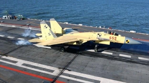 J-15 ląduje na pokładzie Liaoning. Fot. Chinese state media /materiały prasowe