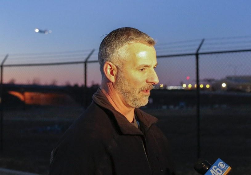 J. Britt Johnson z FBI rozmawia z dziennikarzami na lotnisku w Atlancie /PAP/EPA