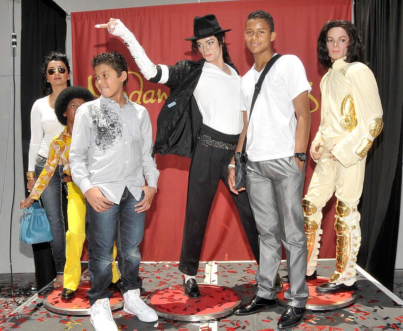 Jaafar Jackson z bratem i figurami woskowymi Michaela Jacksona /John M. Heller /Getty Images