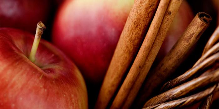 jabłka i cynamon /© Photogenica