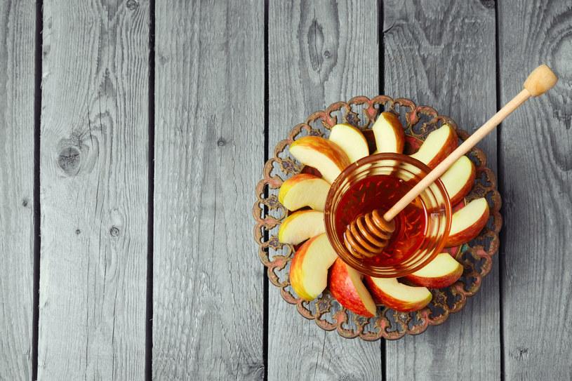 Jabłka i miód - duet, stojacy na straży pięknej cery /123RF/PICSEL