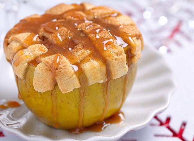 Jabłka możesz udekorować sosem karmelowym /123RF/PICSEL