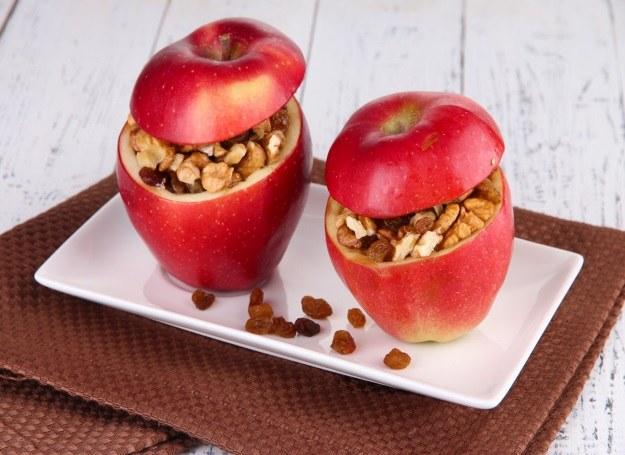 Jabłka nadziewane bakaliami /123RF/PICSEL