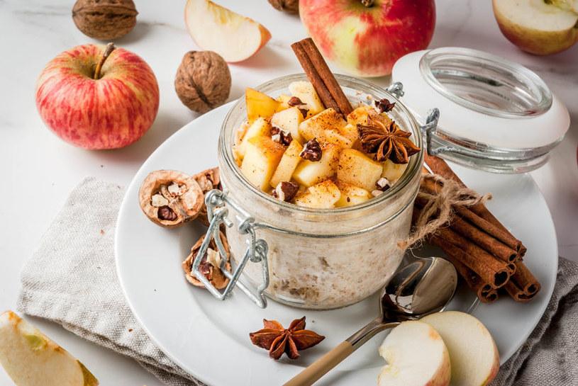 Jabłka z jogurtem /©123RF/PICSEL