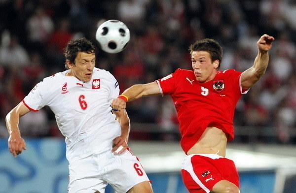 Jacek Bąk (z lewej) w starciu z Rolandem Linzem z Austrii na Euro 2008 /AFP