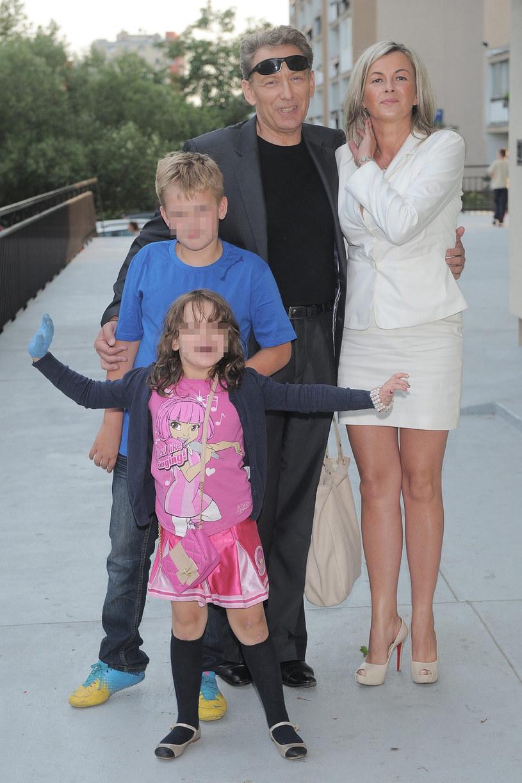 Jacek Borkowski z żoną i dziećmi, 2013 r. /East News