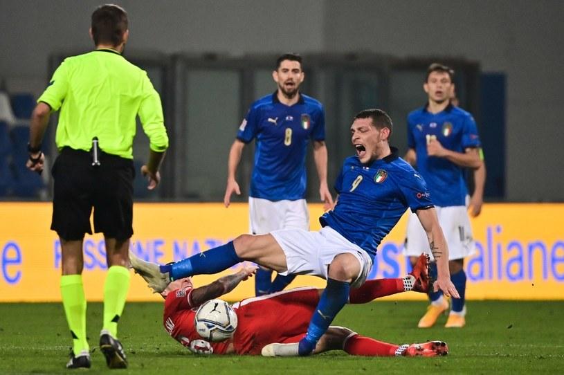 Jacek Góralski fauluje Andreę Belottiego, a w konsekwencji wylatuje z boiska /AFP