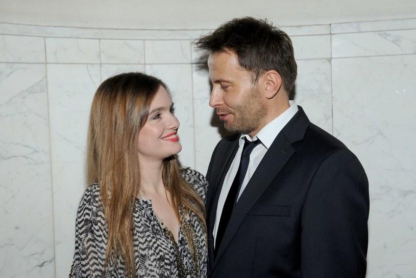 Jacek i Agata coraz rzadziej wyglądają na zakochanych. Każda ich rozmowa zamienia sie w kłótnie o dziecko. /Agencja W. Impact