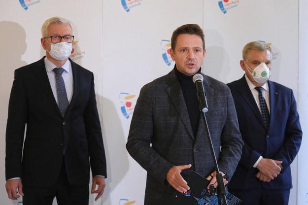 Jacek Jaśkowiak, Rafał Trzaskowski i Tadeusz Truskolaski podczas konferencji prasowej /Paweł Supernak /PAP/EPA