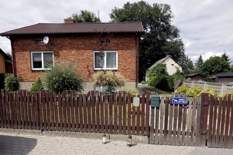 Jacek Jaworek jest poszukiwany, na zdjęciu dom w miejscowości Borowce, w którym w nocy z piątku na sobotę doszło do zabójstwa trzyosobowej rodziny /Waldemar Deska /PAP