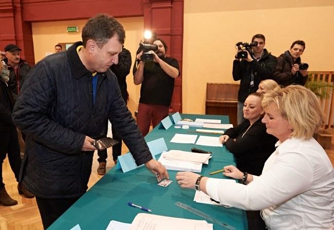 Jacek Karnowski podczas wczorajszego głosowania /Adam Warżawa /PAP