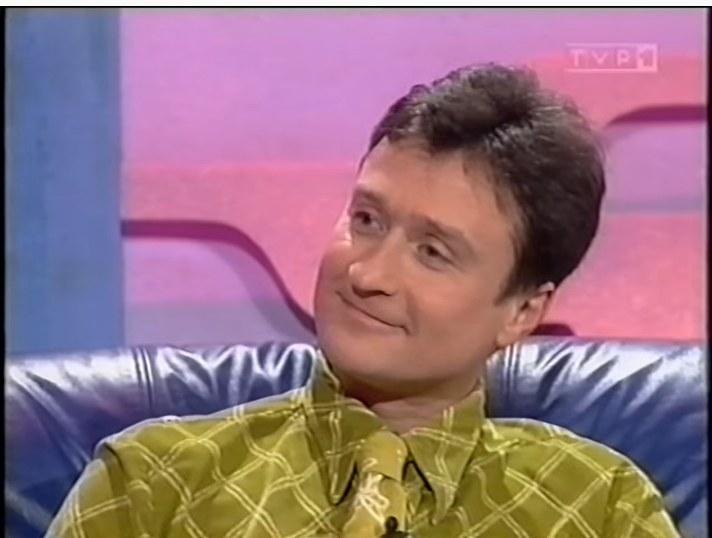 """Jacek Kawalec jako prowadzący program """"Randka w ciemno"""" w 1997 roku (screen YouTube) /YouTube"""