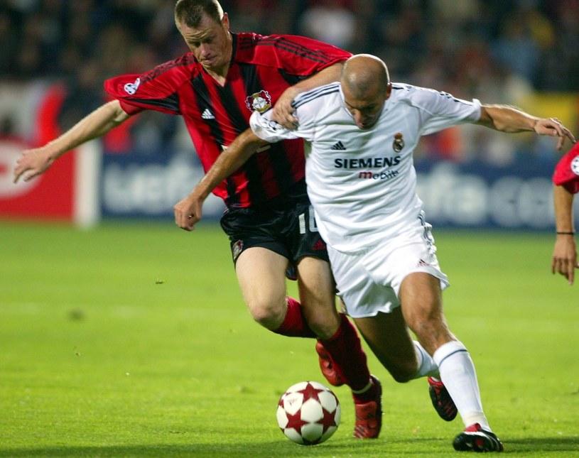 Jacek Krzynówek (Bayer Leverkusen) w starciu z gwiazdą Realu Madryt - Zinedine Zidane'em /East News
