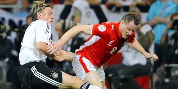 Jacek Krzynówek w walce o piłkę z Clemensem Fritzem /AFP