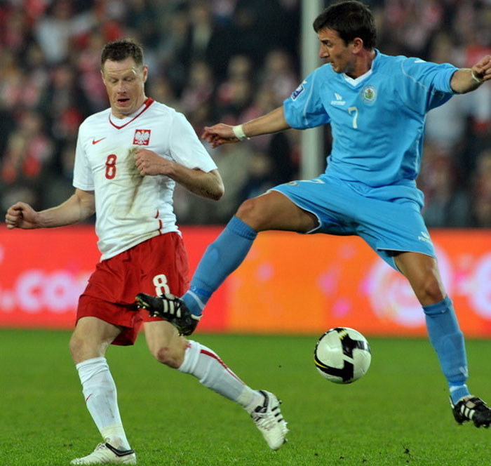 Jacek Krzynówek (z lewej) podczas meczu Polska - San Marino w 2009 roku /AFP