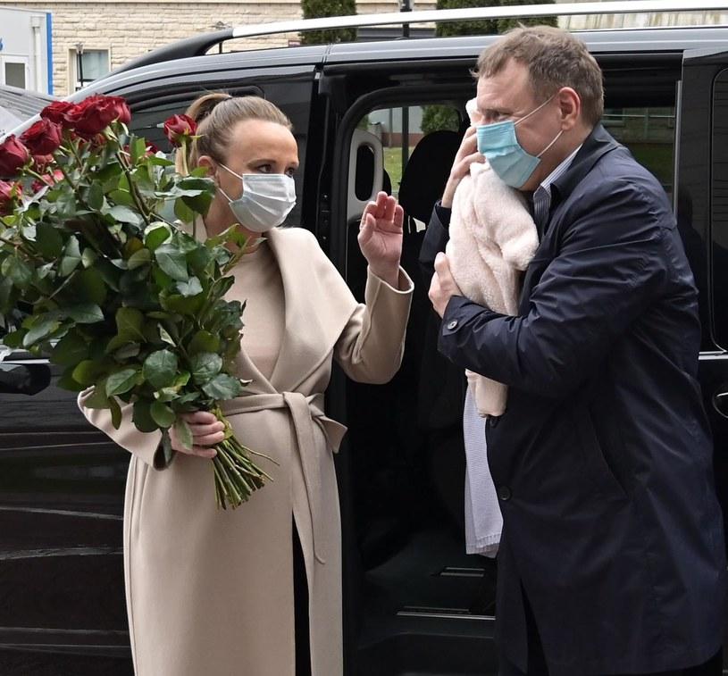 Jacek Kurski pozuje z żoną i córką Anną Klarą Teodorą przed szpitalem /pomponik exclusive