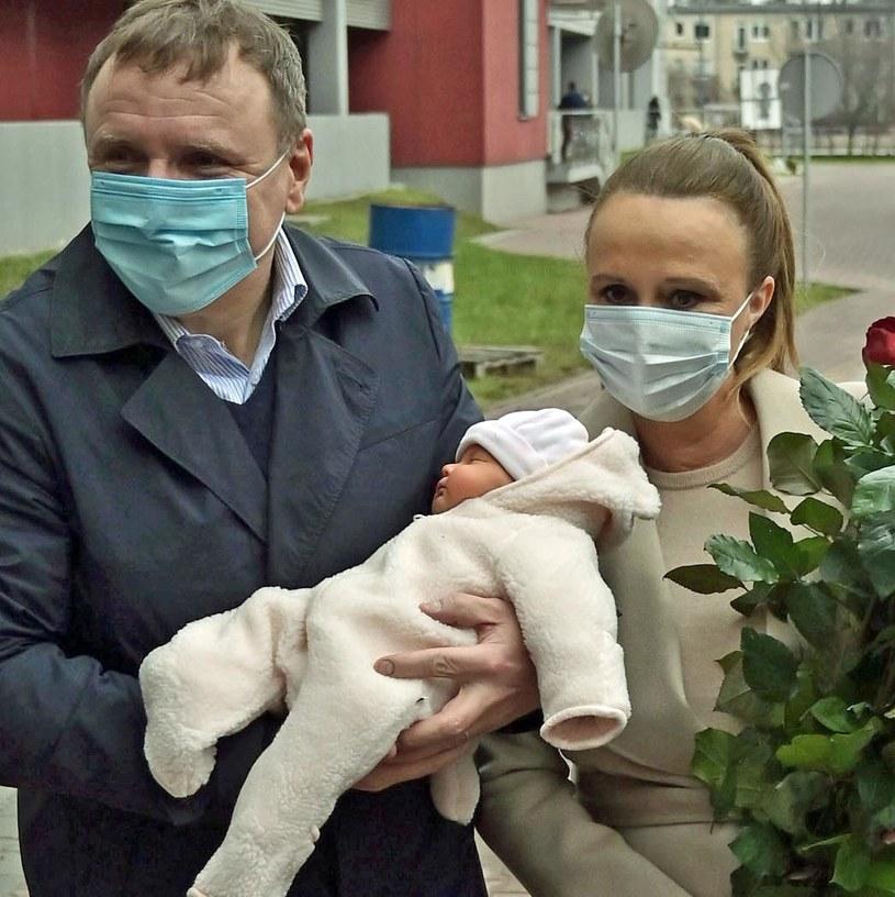 Jacek Kurski pozuje z żoną i córką Anną Klarą Teodorą przed szpitalem