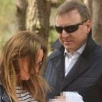 Jacek Kurski spaceruje z żoną i córką. Nie obyło się bez czułych gestów