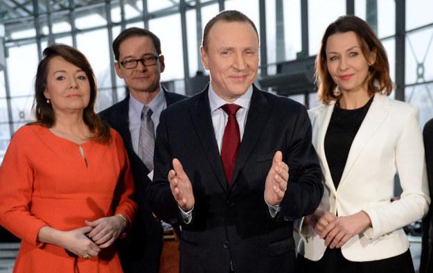 Jacek Kurski z dziennikarzami TVP: Anną Popek (P), Danutą Holecką (L) i Przemysławem Babiarzem (2L) /Jacek Turczyk /PAP