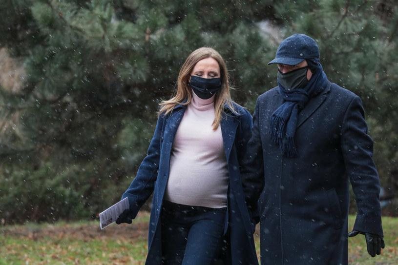 Jacek Kurski z żoną w drodze do przychodni /JAN BIALY/AGENCJA SE/East News /East News