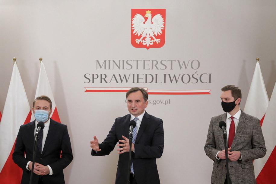 Jacek Ozdoba, Zbigniew Ziobro i Sebastian Kaleta podczas konferencji prasowej /Paweł Supernak /PAP