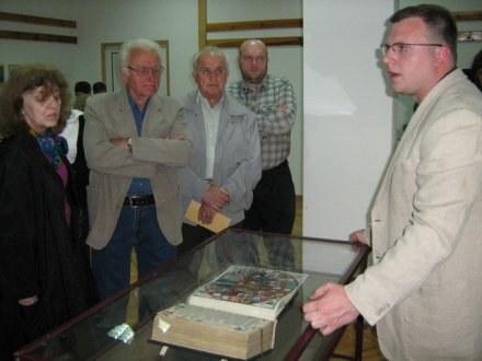 Jacek Paulinek z Biblioteki Narodowej oprowadzał po wystawie gości wernisażu. /Sztafeta