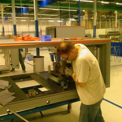 Jacek przy montażu kolejnego agregatu /Praca i nauka za granicą