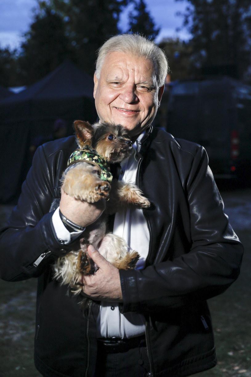 """Jacek Samojłowicz z psem na planie filmu """"Miłość na cztery łapy"""" /AKPA"""