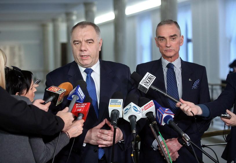 Jacek Sasin i Jan Maria Jackowski podczas konferencji prasowej w Sejmie /Rafał Guz /PAP