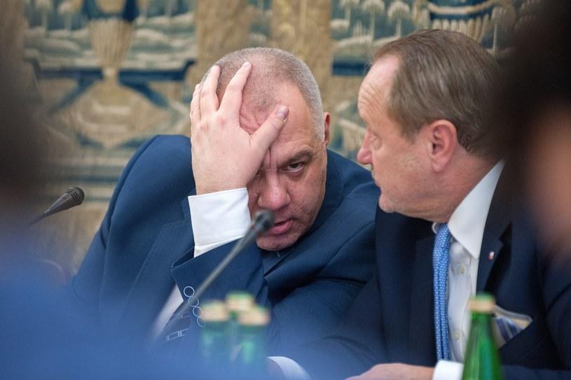Jacek Sasin i Jan Szewczak podczas posiedzenia komisji finansów publicznych /Grzegorz Krzyzewski /Reporter