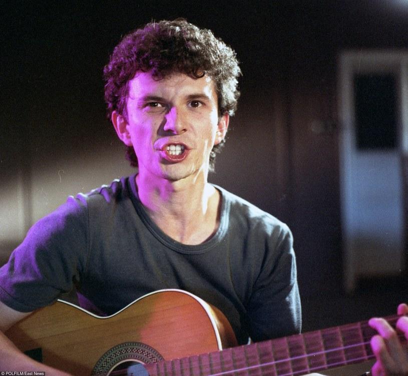"""Jacek """"Świr"""" Wójcicki śpiewa piosenkę Jacka Kaczmarskiego w filmie """"Ostatni dzwonek"""" /East News/POLFILM"""