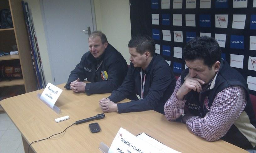 Jacek Szopiński (z lewej) jeszcze jako trener MMKS Podhale, na konferencji po meczu z Comarch/Cracovią (z prawej jej trener Rudolf Rohaczek). /INTERIA.PL