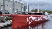 """Jacht """"I Love Poland"""" wyciągnięty z wody. Zaczyna się jego naprawa"""