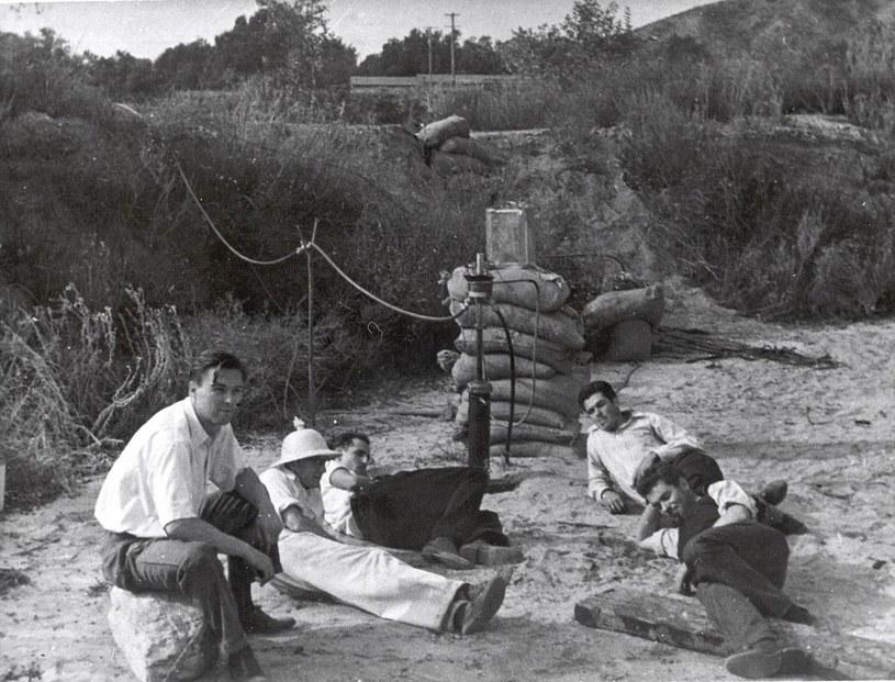 """Jack Parsons (z prawej, w białej koszuli) i """"Rocket Boys"""" /Wikimedia Commons /domena publiczna"""