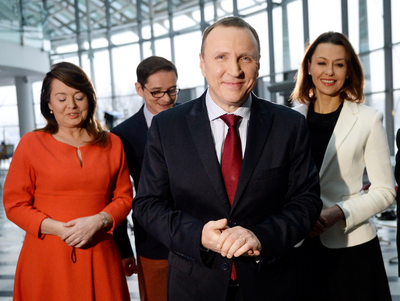 Jackowi Kurskiemu na konferencji prasowej w siedzibie TVP towarzyszyli dziennikarze: Anna Popek (P), Danuta Holecka (L) i Przemysław Babiarz (2L) /Jacek Turczyk /PAP