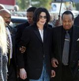 Jackson spóźniony przyjeżdża do sądu /AFP