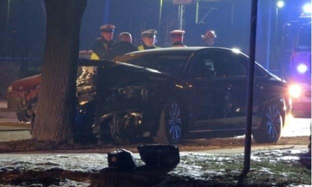 Jadące podobno 50 km/h Audi uderzyło w drzewo i zostało mocno zniszczone /Polska Press /East News