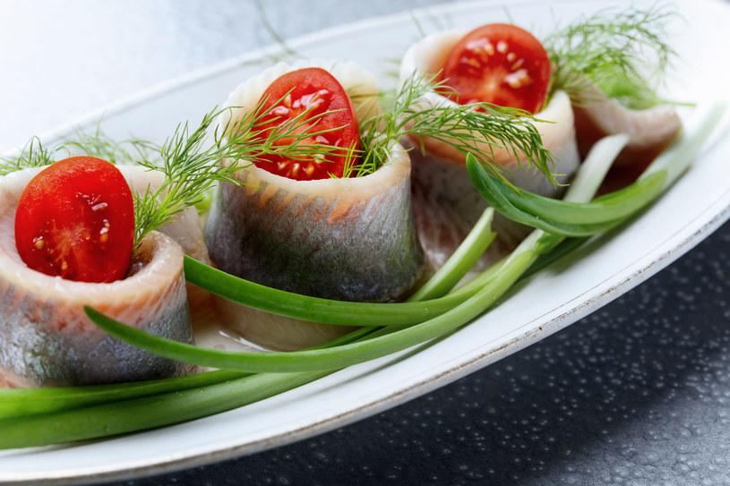 Jadaj kaszę jęczmienną, śledzie, pomidory i inne pokarmy bogate w niacynę /123RF/PICSEL