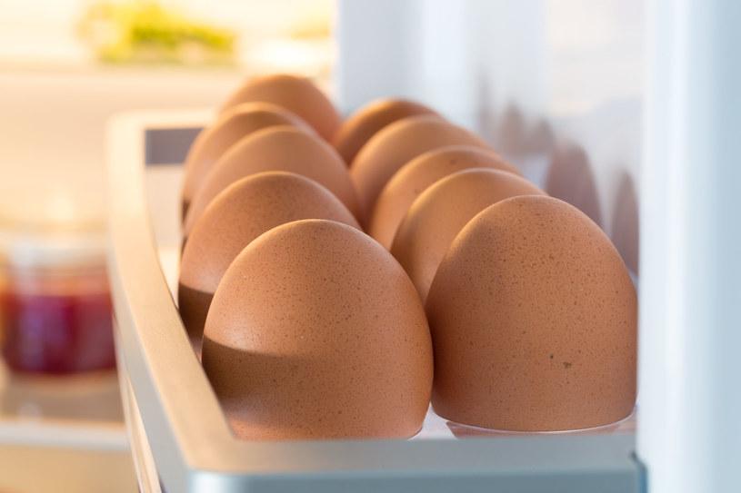 Jaja w lodówce ułóż ostrym końcem do dołu – będą dłużej świeże /123RF/PICSEL