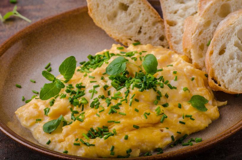 Jajecznica to świetna propozycja dla całej rodziny /123RF/PICSEL