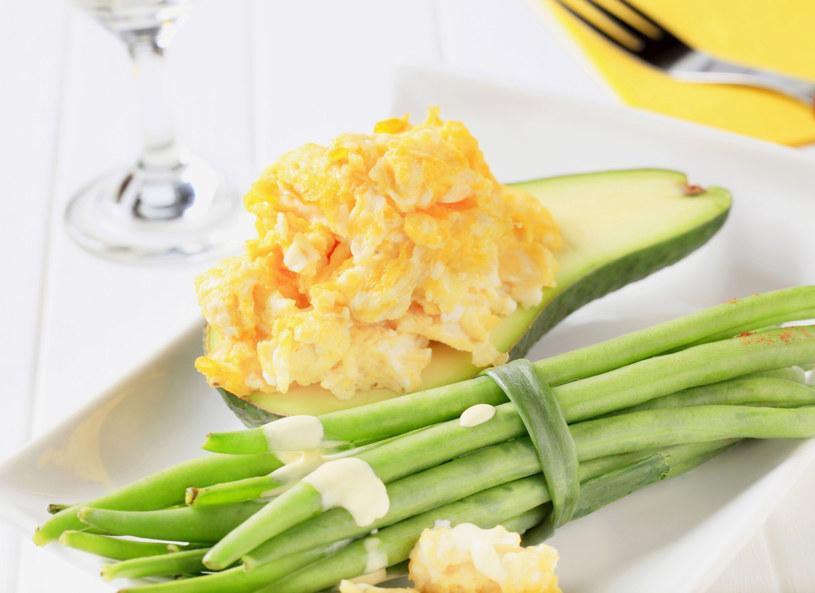 Jajecznicę możesz podać również w połówkach wydrążonego awokado /123RF/PICSEL