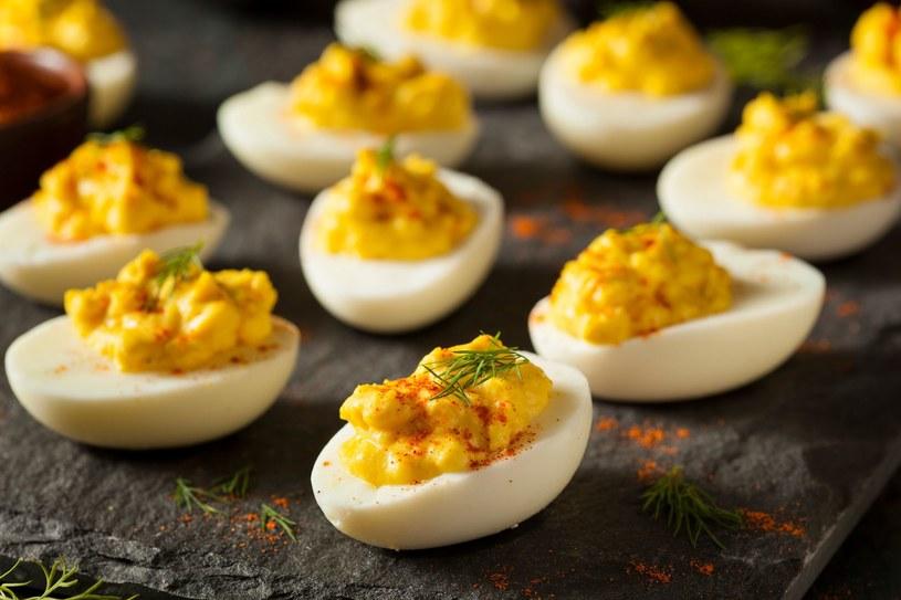 Jajek nie powinniśmy łączyć z alkoholem, a te faszerowane to przysmak na bankietach /123RF/PICSEL