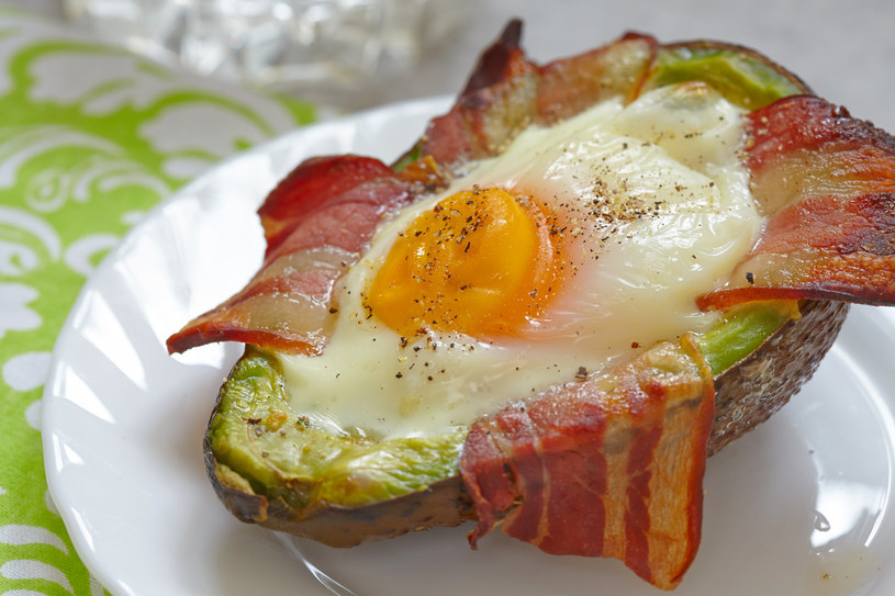 Jajka, boczek i awokado to flagowe śniadanie na diecie ketogenicznej. Zawiera jedynie tłuszcz i białko /123RF/PICSEL