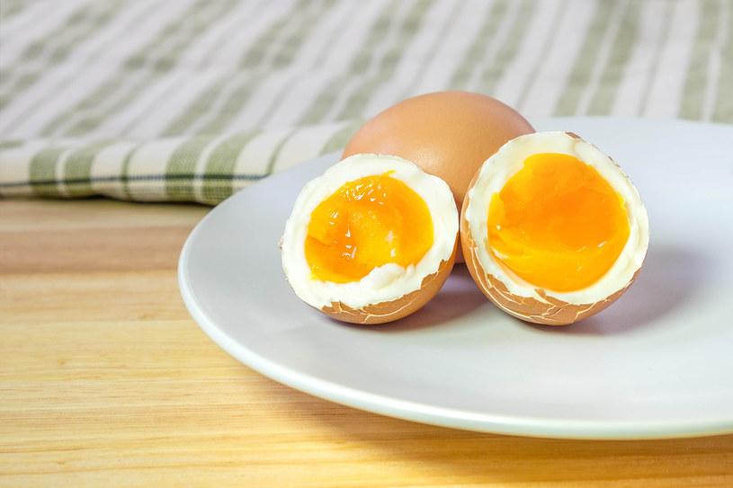Jajka, choć bogate w składniki odżywcze, także znalazły się na czarnej liście /123RF/PICSEL