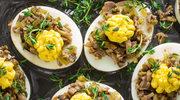 Jajka faszerowane chrupiącymi ziarnami